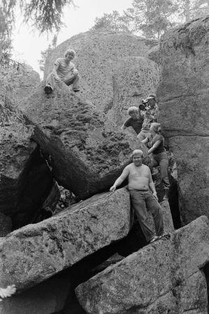 Karvakuonot automatkalla -sarjan kuvauksia. Ylhäällä kalliolla mahdollisesti Matti Nissinen. kuvaussuunnittelija Markku Paavola kuvaa. Kallioila myös ohjaaja Olli Löytönen, kuvaussihteeri Kristiina Karhu ja järjestäjä Jukka Kestilä.