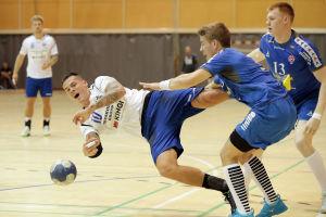 Nico Rönnberg tacklas i landskampen mot Färöarna.