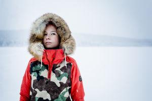 Jenni Laiti lumen keskellä.