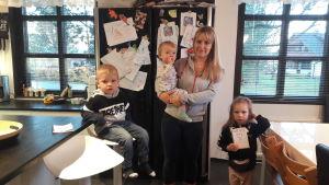 Nadja Söderholm med sina barn i hemmet i Korsnäs