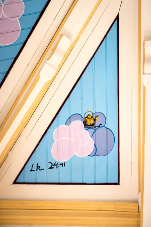 Maalaus kahvipannusta ja pilvistä kirkon katossa.