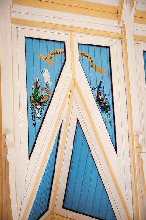 Kirkon sisäkattoon maalattu lumihaikara ja sieniä ja Raamatun jakeita.