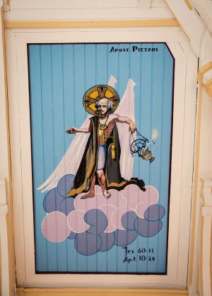 Kirkasvärinen ja siivekäs Pietari maalattuna kirkon kattoon.
