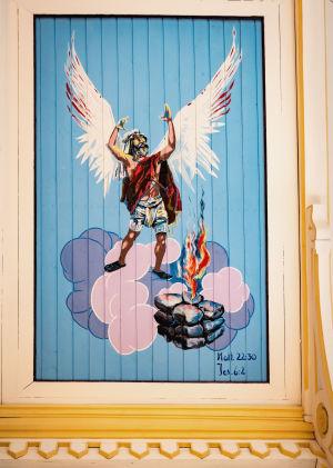 Profeetta Elia kirkasvärisessä maalauksessa, siivet selässä.