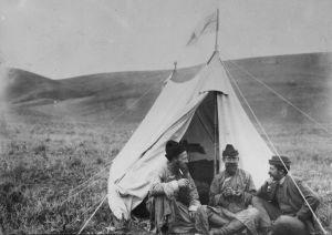 Sakari Pälsi, G. J. Ramstedt ja J. G. Granö teltan edessä Pohjois-Mongoliassa vuonna 1909