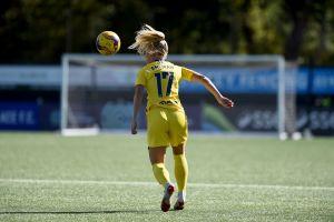 Fotbollsspelaren Adelina Engman nickar boll.