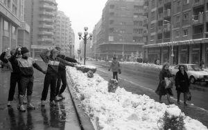 TPS-spelare leker snöbollskrig.