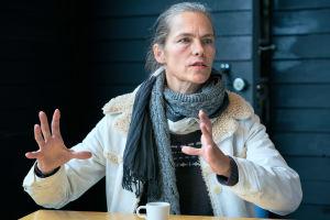 Näyttelijä Katja Kiuru elehtii kahvilassa.