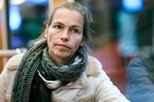 Näyttelijä Katja Kiuru metrossa.