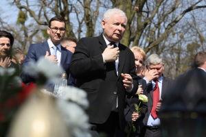 Puolan hallituspuoleen PiS:n perustaja Jaroslaw Kaczynski Smolenskin lentorurman muistojuhlassa