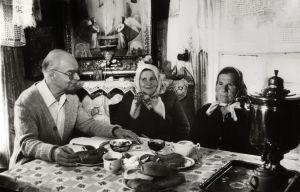 Professori Pertti Virtaranta haastattelee itkijänaisia, keskellä itkijä Anna Andrejevna Shutjajeva
