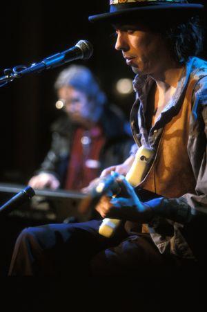 Dave Lindholm esiintyy Tampereella 1992. Taustalla pianisti Nicky Hopkins.