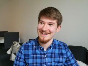 Mathias Uutela på soffan i sitt hem i Alpbyn. Hösten 2018.