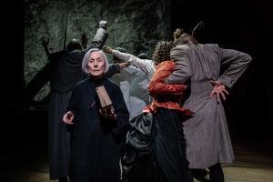 Foto från Karamazovin veljekset på Nationalteatern.