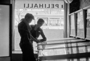 Två killar spelar flipper, svartvit bild. Sjuttiotal.