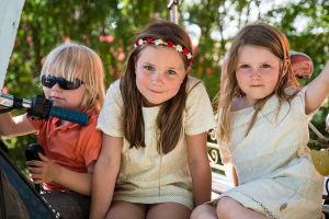 Kolme lasta , kaksi tyttöä ja poika, Natural High Healing Festivaalilla