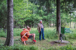Juontajat Hannamari Hoikkala ja Nicke Aldén katsevat katselevat Matti Järvenpään tekemää Luomu-tv:tä Rautapuistossa.