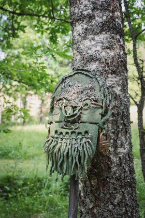 Raudasta tehty vihreä Osmo Soininvaaran muotokuva Matti Järvenpään Rautapuistossa.