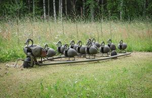 Matti Järvenpään Rautapuistossa sijaitseva, vanhoista polttoainetankeista tehty teos, jonka nimi on Hanhenmarssi.