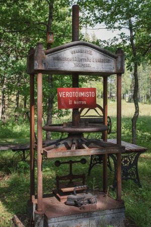 """""""Verotoimisto"""" -niminen teos Matti Järvenpään Rautapuistossa."""