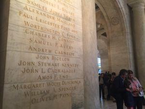 Lahjoittajien nimiä New York Public Libraryn seinässä