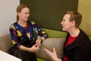 Paula Salovaara diskuterar med Susanna Pettersson i radioprogrammet Paula möter.