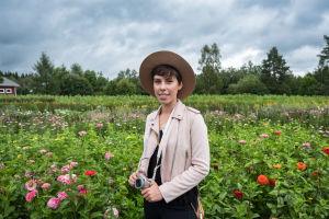 Kukkakuhhauksen kävijä Anni Watson, joka oli tullut paikalle keräämään ja kuvaamaan kukkia.