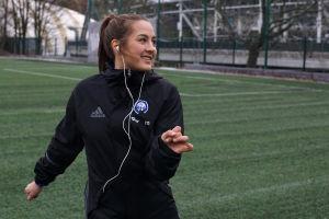 Naisten A-maajoukkueen puolustaja Katarina Naumanen tanssii kuulokkeet päässä.