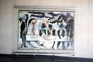Berliinin taideakatemian sinisävyinen seinämaalaus, jossa erilaisia ihmisfiguureja Picassomaisesti kuvattuna.