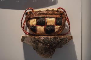 Handväska tillverkad av läder, päls och flätade trådar.