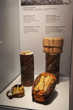 En större och en mindre läderpåse, en ask gjord av trä, ett föremål gjort av ben.