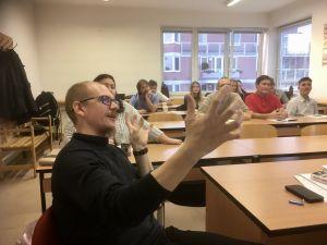 Jaroslav Fiala förklarar något om Castro åt sina studenter.