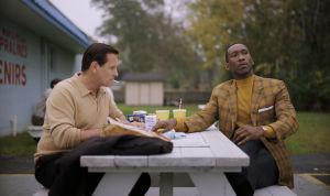Mortensenin esittämä Lip ja Alin näyttelemä Dr. Shirley istuvat lounaalla puistossa.