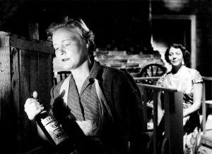 """Kotimainen elokuva """"Elokuu"""". Näyttelijät Emma Väänänen (roolinimi Saima Sundvall) ja Rauni Luoma (roolinimi Maija Länsilehto, tamperelaisen matkustajakodin pitäjä)."""