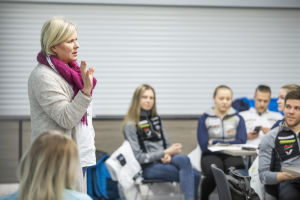 Kisapappi Leena Huovinen puhuu nuorille urheilijoille