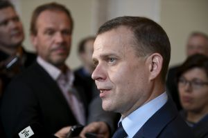 Petteri Orpo talar med journalister i riksdagen