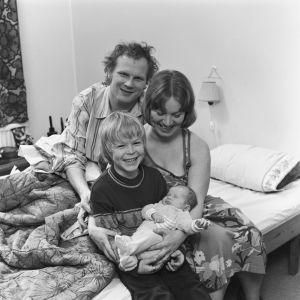 Timo Virkki, Milja Luukko ja Kyösti Väntänen tv-draamassa Aikapoika ja mono (1976).