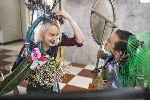 Mira Eskelinen ja Jamie MacDonald katsovat peiliin