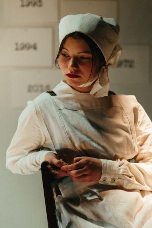 Roosa Söderholmin näyttelemä Harriet sairaanhoitajan asussa.