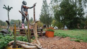 Muovista ja muista jätemateriaaleista tehtyjä veistoksia Alpon savannilla.