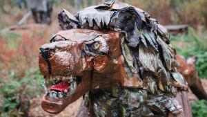 Romumetallista ja muista jätemateriaaleista tehty leijona-veistos.