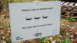 Kyltti, jossa lukee englanniksi 'lepo on ideoiden pesä'.