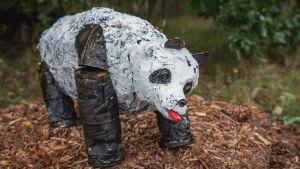 Romumetallista ja muista jätemateriaaleista tehty panda-veistos.
