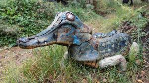Romumetallista ja muista jätemateriaaleista tehty krokotiili-veistos.