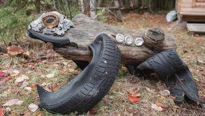 Puusta ja jätemateriaalista tehty sammakko-veistos.