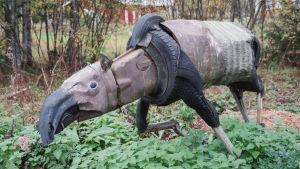 Romumetallista ja muista jätemateriaaleista tehty eläinveistos.
