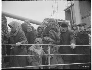"""Ingermanlänningar ombord på ångfartyget """"Lahti"""" i november 1943."""