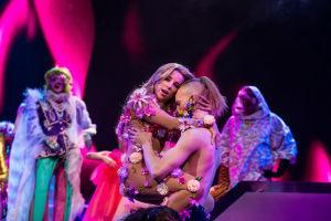 Krista Siegfrids tanssijan sylissä Love Paradise kappaleen aikana Logomon lavalla UMK19 Darude showssa 2.3.2019