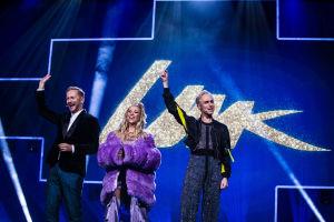 Krista Siegfrids Christoffer Strandberg ja Mikko Silvennoinen lavalla.
