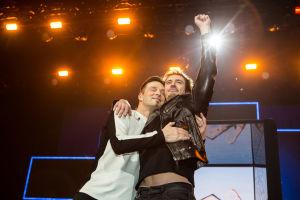 Darude ja Sebastian Rejman halaavat toisiaan.